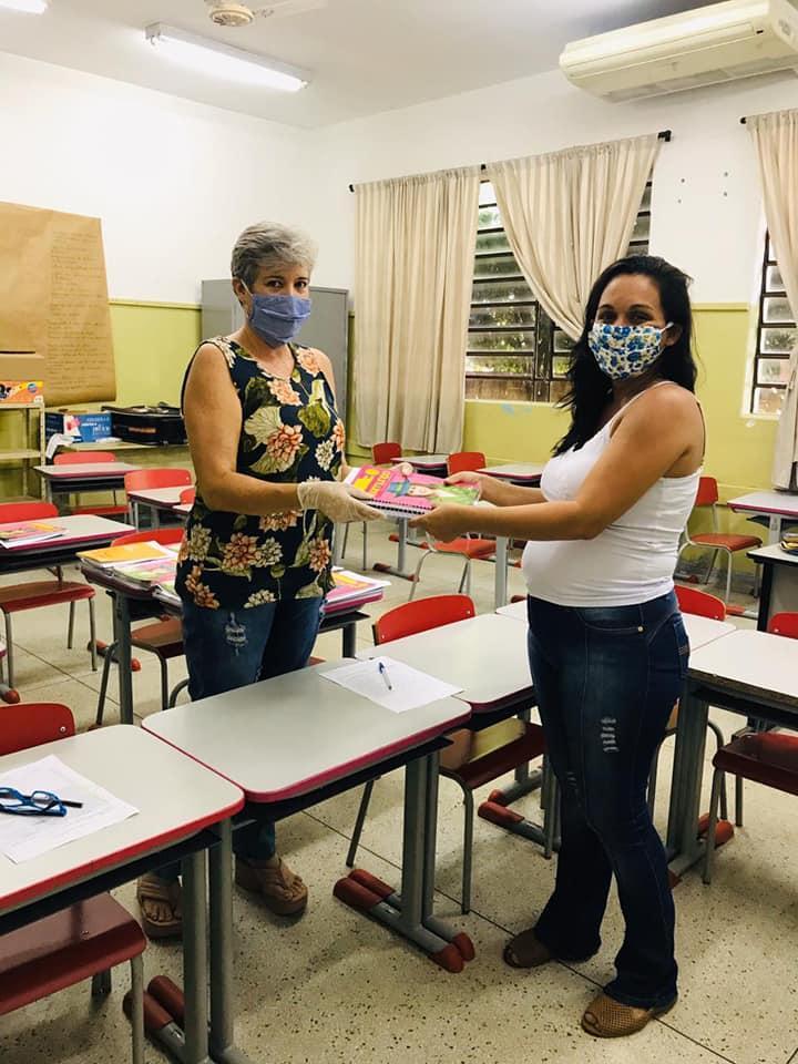 Alunos das escolas municipais começam a receber kits de atividades para período de aulas em casa