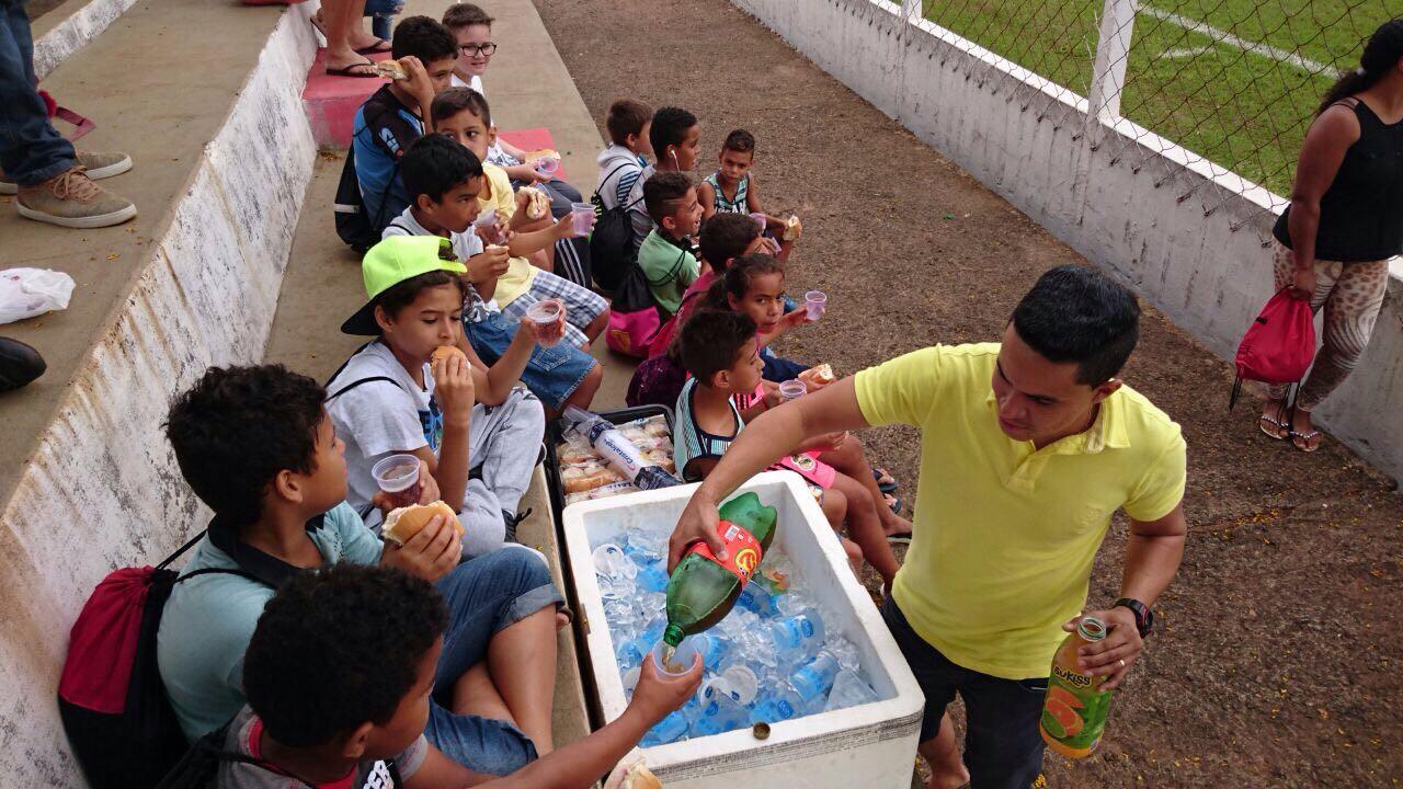 Escolinha de Futebol de Irapuã recebe apoio/patrocínio da Poty – Cia de Bebidas