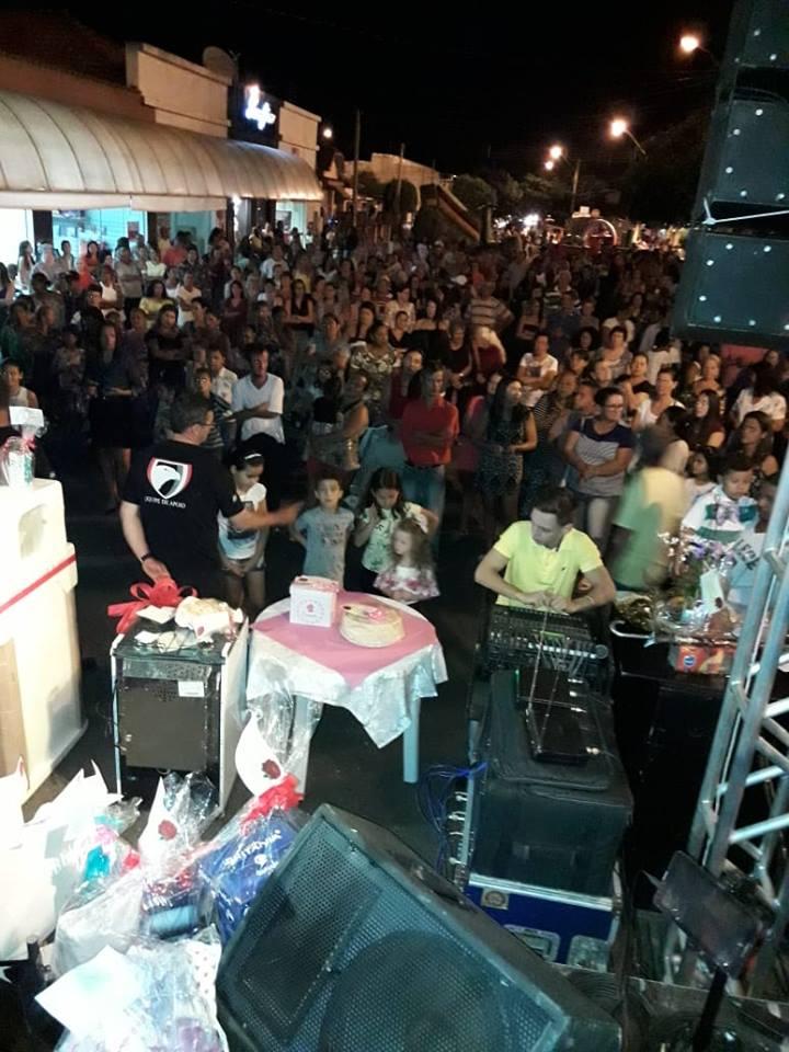 A Prefeitura Municipal de Irapuã por meio do Fundo Social de Solidariedade, realizou neste sábado (12), uma grande festa em homenagem ao Dia das Mães. O evento que concentrou centenas de Mães foi realizado na Praça Matriz.