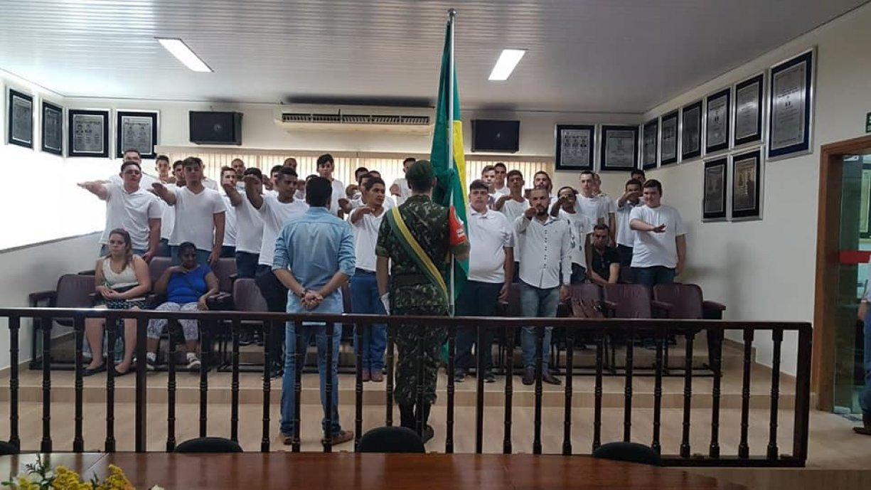 Jovens Irapuanenses receberam nesta quarta-feira (11) na Câmara Municipal, o Certificado de Dispensa de Incorporação (CDI), mais conhecido como Reservista e participaram da solenidade de Juramento à B
